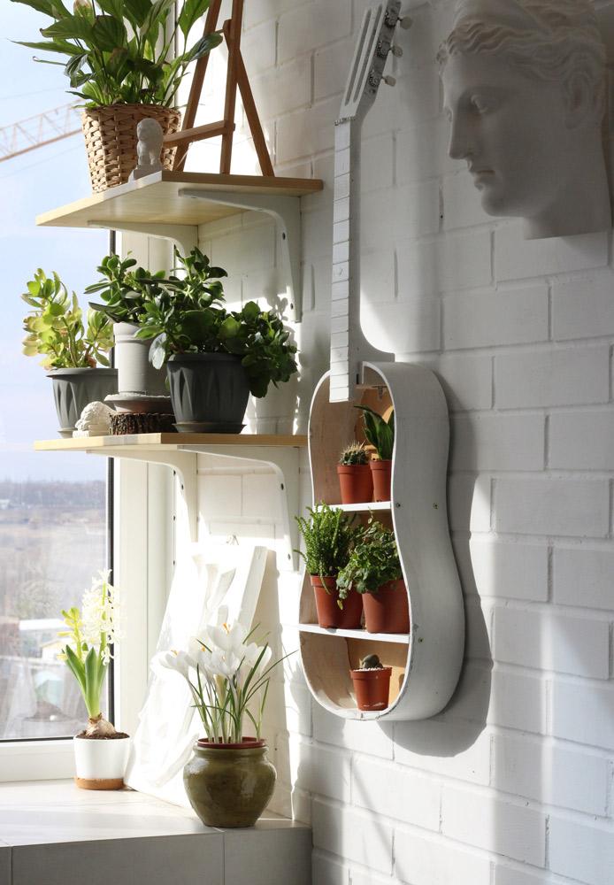 ユニークなギターの植物の棚。DIYはアイデア次第。luba_artist/Shutterstock.com