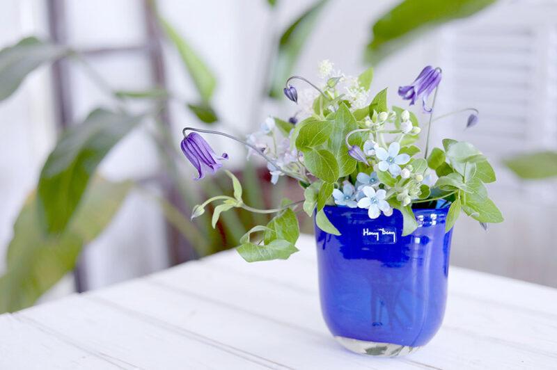 青い花瓶のフラワーアレンジ