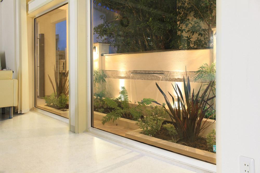 室内と庭をつなぐ光の演出