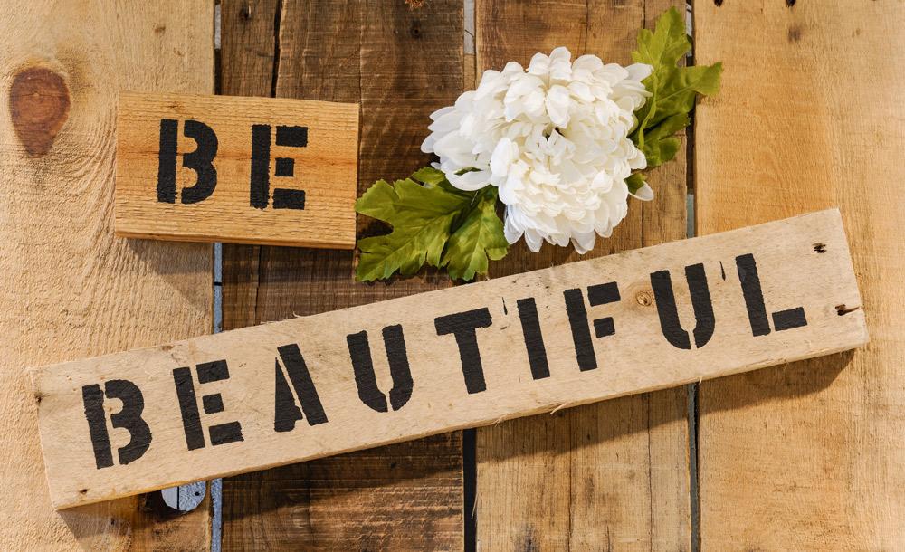 ステンシル文字を使った板壁。/Shutterstock.com