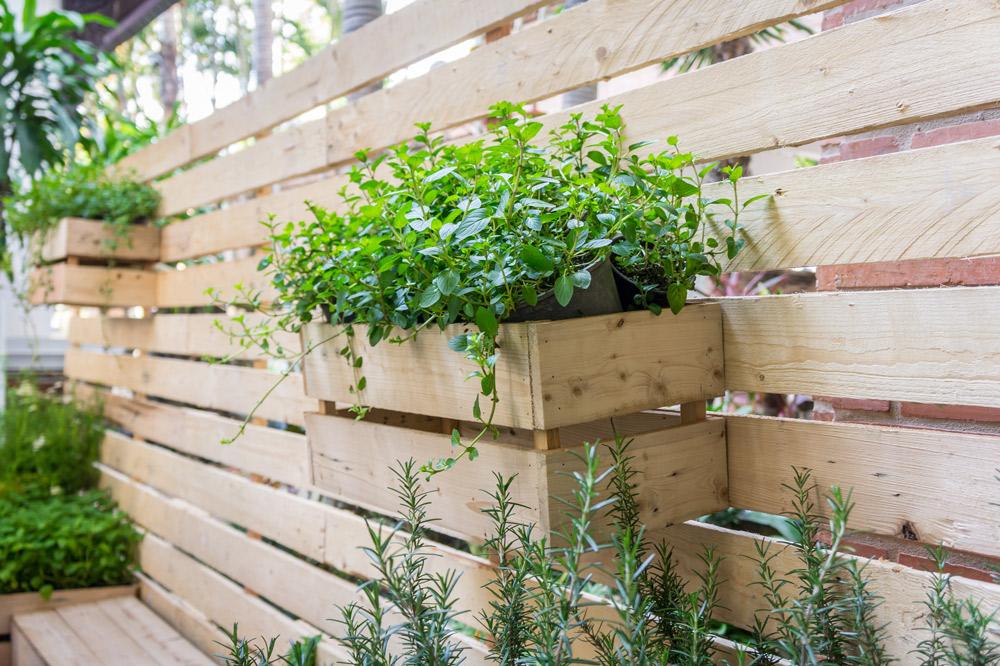 板壁と同素材でプランターボックスを作り、統一感を出すと狭い空間でもスッキリおしゃれに見える。SUTTIPONG/Shutterstock.com