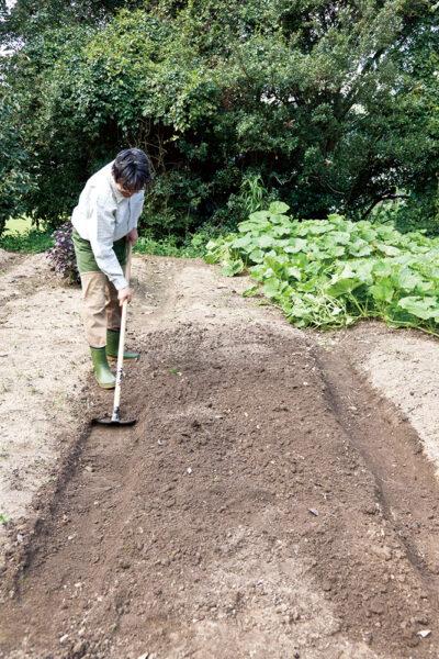 もう片側の土をすくいあげる
