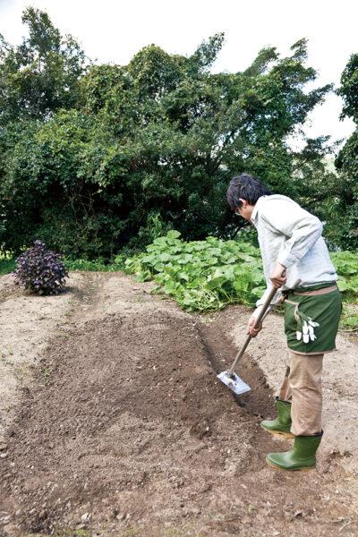 片側の土をすくいあげる