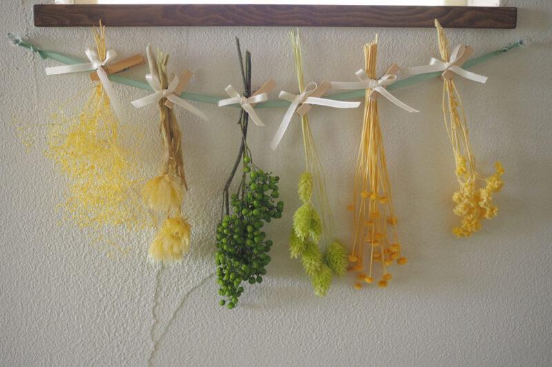 タイトル:生花が保たない季節におすすめ! 束ねるだけの簡単プリザーブドフラワーの壁掛けアレンジ