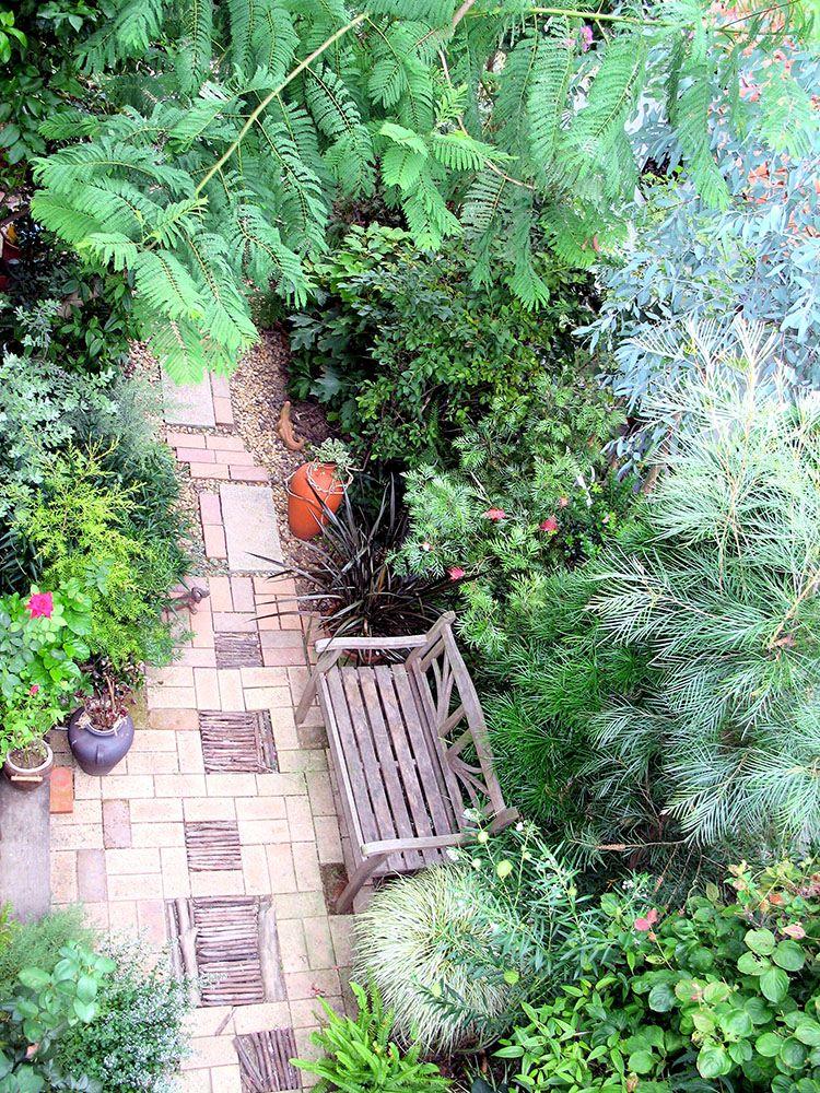 ベンチのある庭