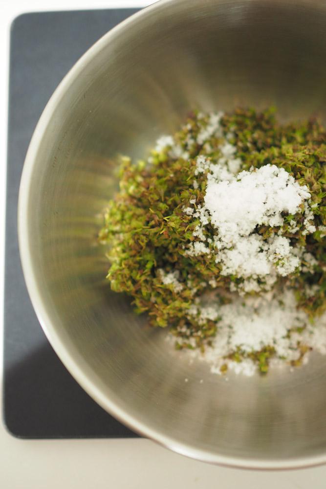 天然塩を入れ、混ぜ合わせたら完成