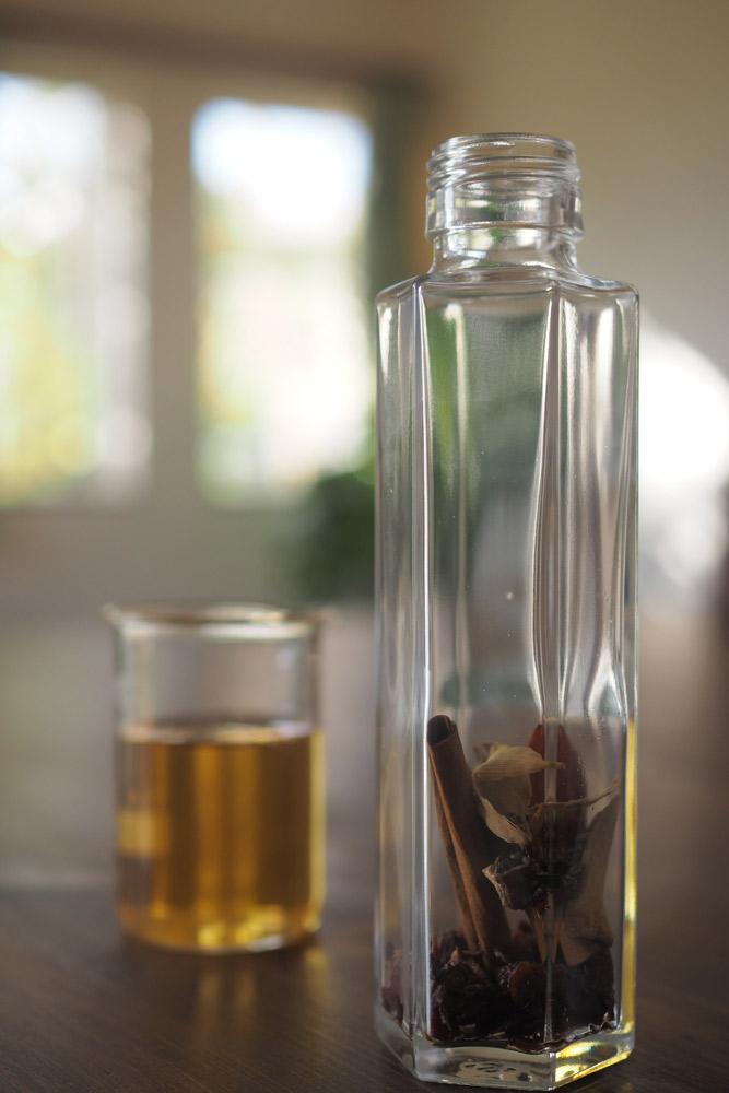 材料がそろったら、あとの作り方はとっても簡単! 1、ビンの中にすべての材料を入れる