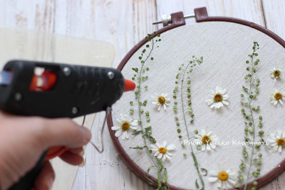 押し花と刺しゅう枠のインテリア