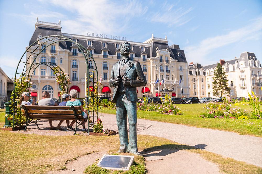 ホテル「グラン・オテル」のプルーストの像