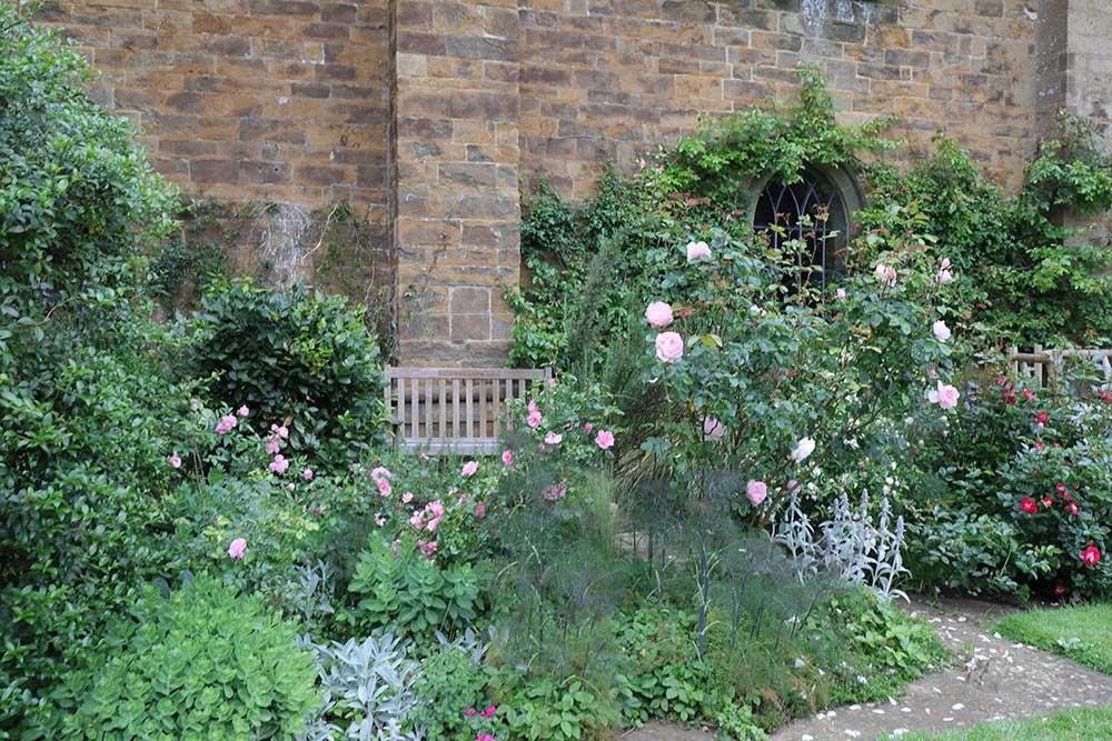 ブロートン城のテラスと植栽