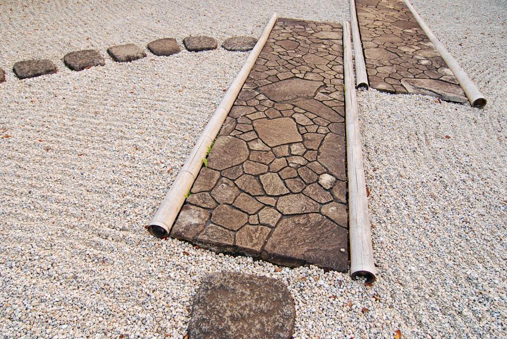 飛び石と延段 写真の左上が飛び石、真ん中と右側が延段
