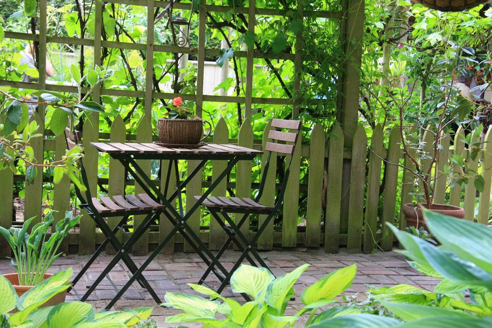 洋風の庭 Hannamariah/Shutterstock.com