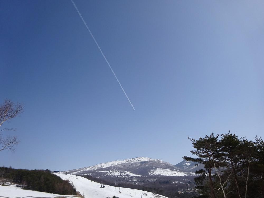 青い空にまっすぐ伸びる飛行機雲