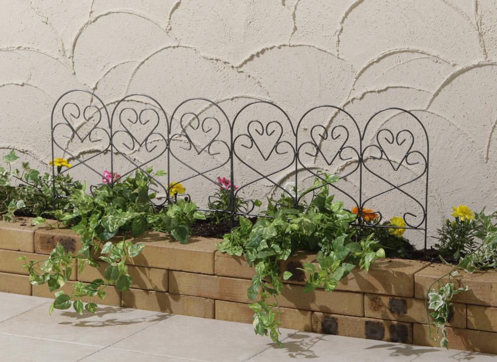 花壇にさせる可愛いミニフェンスと塗り壁のコテムラ