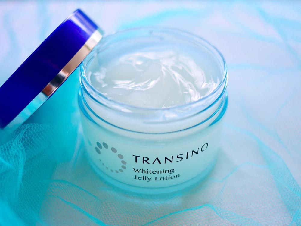 潤い成分、透明感サポート成分、エイジングケア成分などを配合し、全方位から美白ケア