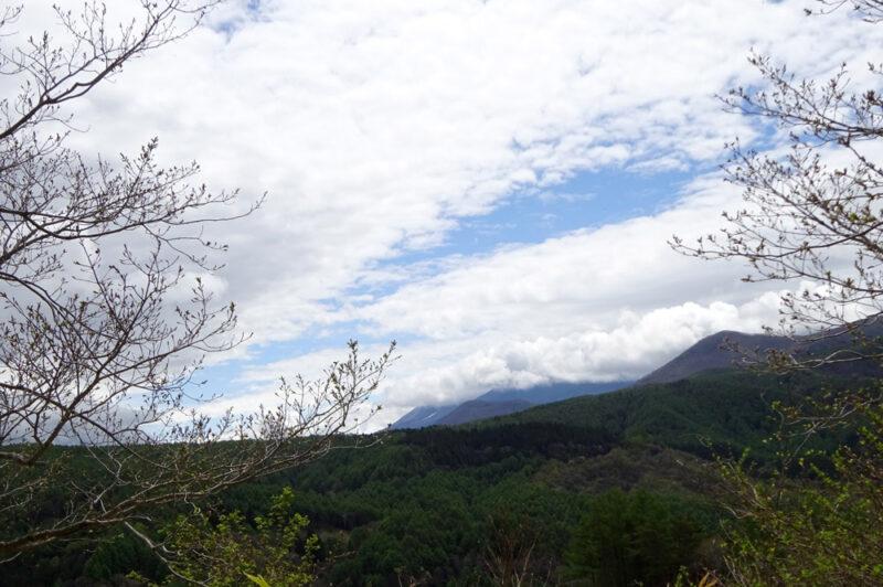 下界は緑濃く、ここはまだ芽吹き菅平から浅間山を望む