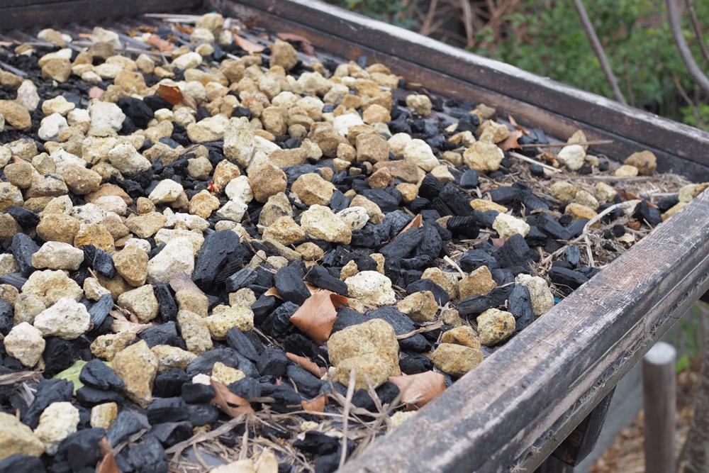 石や炭をうっすら敷き詰めます。