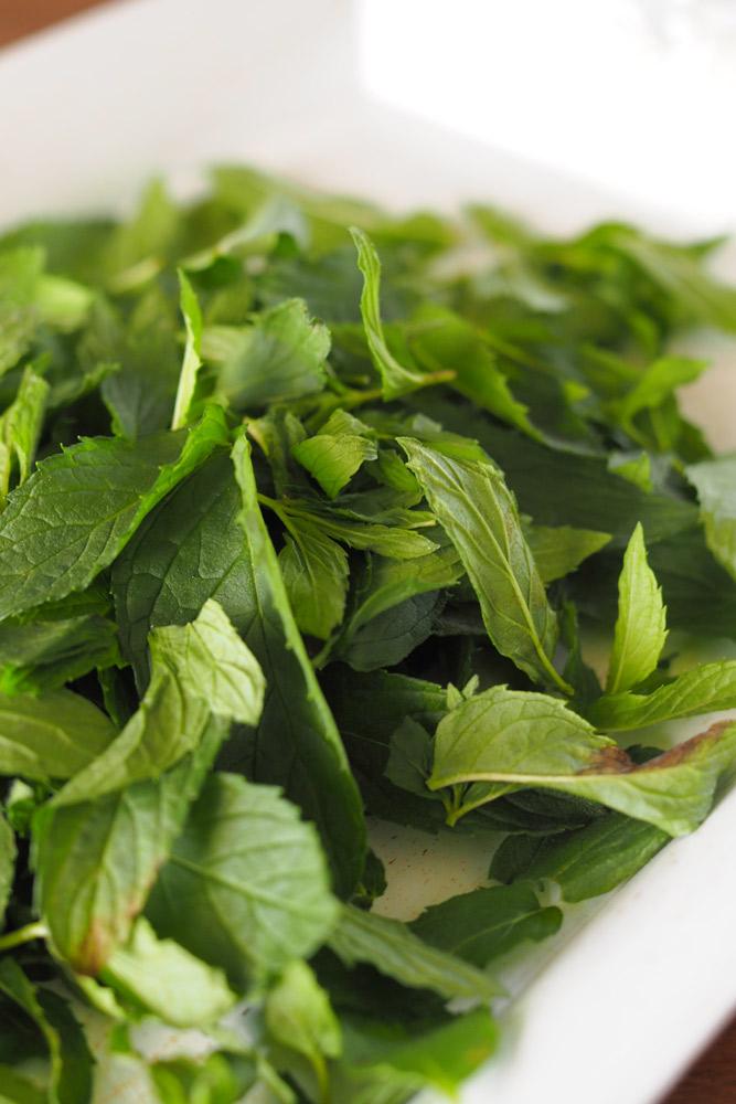 イングリッシュブラックミントの葉を茎から1枚ずつ取り、軽く洗う