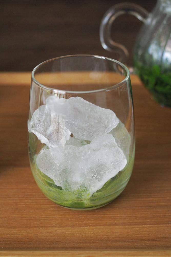 その間にグラスに抹茶を1gずつ入れ、お湯を少量注ぎよく混ぜたら、氷をグラスいっぱい入れる