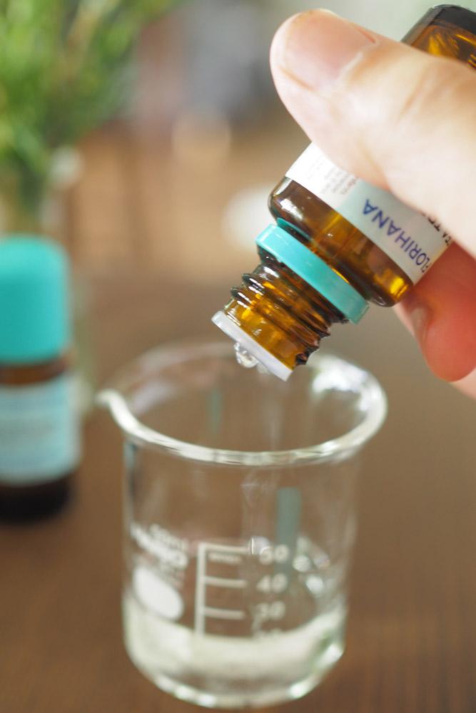 その際、精油のビンを振らずに、ビンを斜めにし、自然にぽとりと垂れてくるのを待ちます。