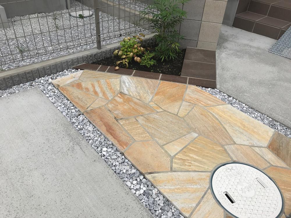 アプローチ床版の舗装:乱形石貼り参考写真